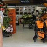 carrinho com cestos plasticos laranja e preto