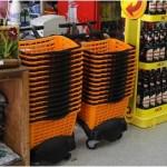 carrinho de supermercado com cestos laranja e preto