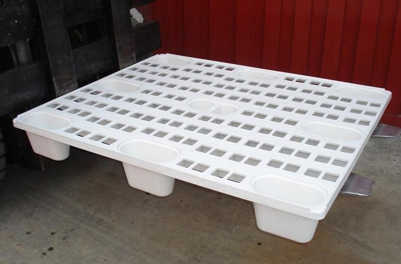 Pallet Plástico Vazado na Empilhadeira
