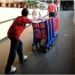 carrinho de supermercado sendo empurado