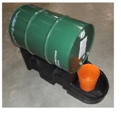 palete de contencao com tambor em cima
